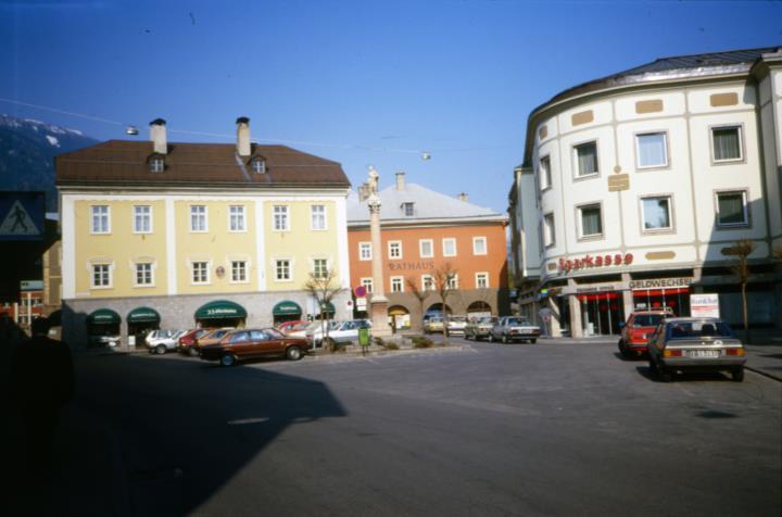 Lienz - veduta della piazza Johannesplatz con la Colonna della Madonna