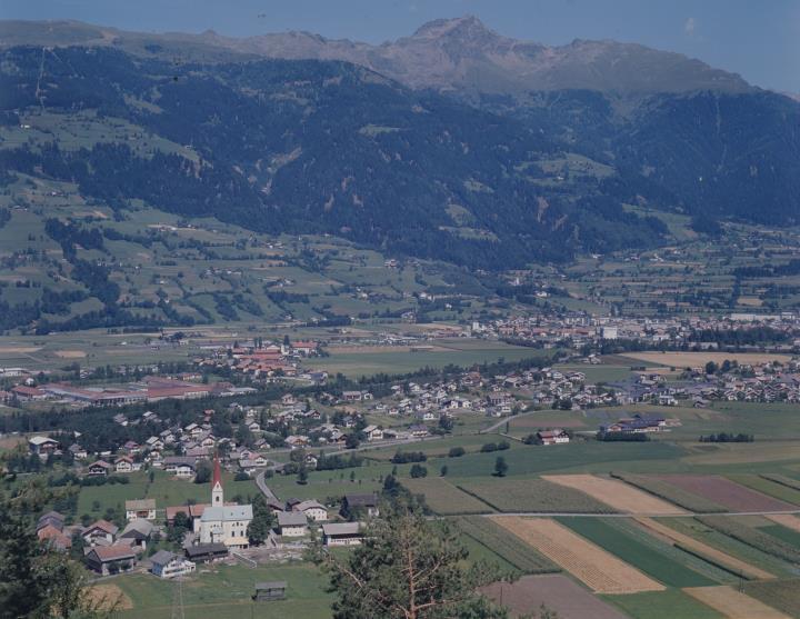 Vista su Tristach e Lienz verso monte Schleinitz e monte Hochstadel
