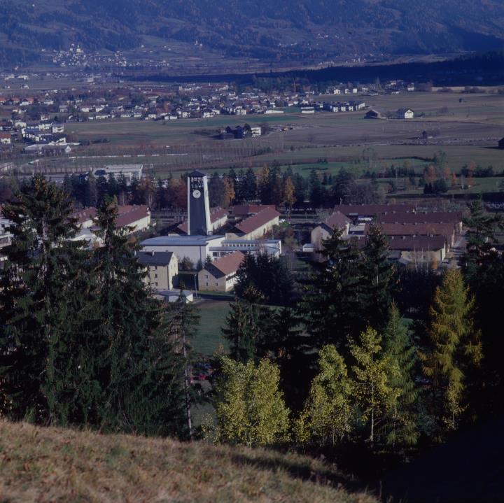 Blick auf Familienkirche und Ederplan