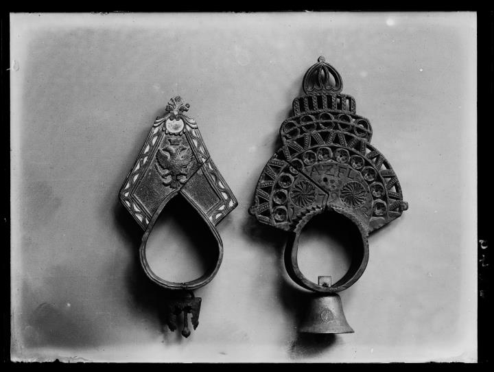 Objektaufnahme. Zwei Objekte, eines davon eine Glocke