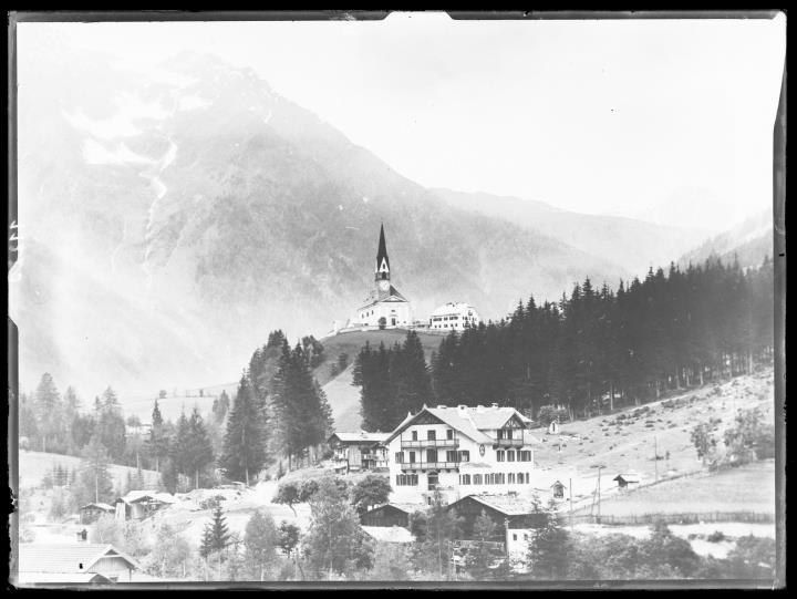 Landschaftsaufnahme. Dorf und Kirche von Lappach in Mühlwald