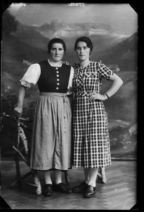 Ripresa in studio. Ritratto di gruppo di due donne, una in costume regionale. Informazione nel registro (n. 7): Graffer Josef