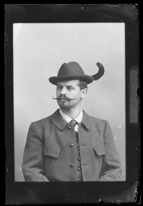Studioaufnahme. Porträt eines Mannes mit Hut und Feder