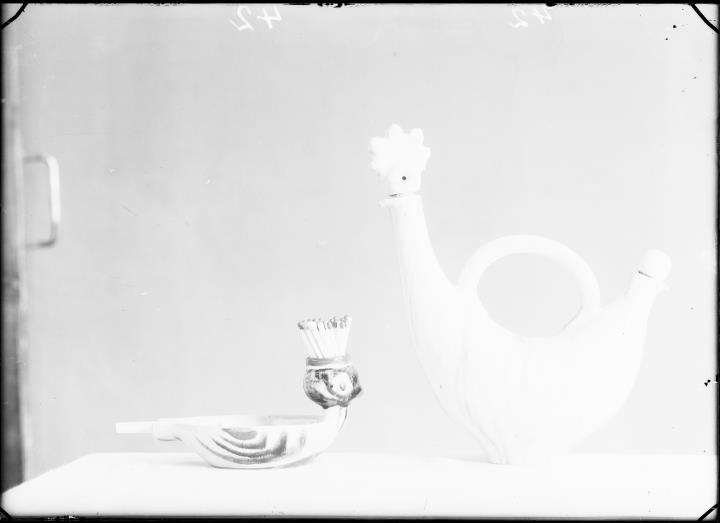 Ripresa interno. Ripresa di un oggetto di due figure di ceramica di vasi