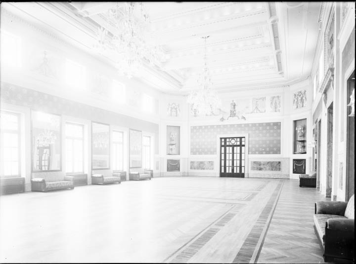 Ripresa interno. Ritratto di una sala con quadri e specchi